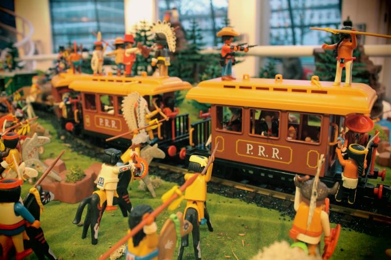 Inauguration ludotheque de rueil 2016 playmobil dominique bethune scene attaque du train par les indiens
