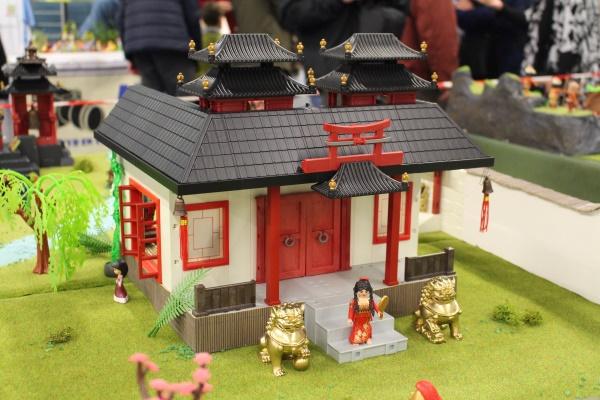 La maison de mulan en playmobil realisee par des collectionneurs dominique et alizee bethune