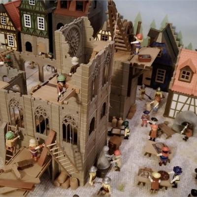 Exposition playmobil sur l'histoire - construction cathédrales