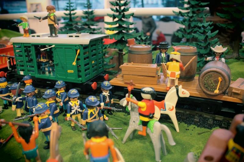 Inauguration ludotheque de rueil 2016 playmobil dominique bethune scene attaque du train par les indiens 2